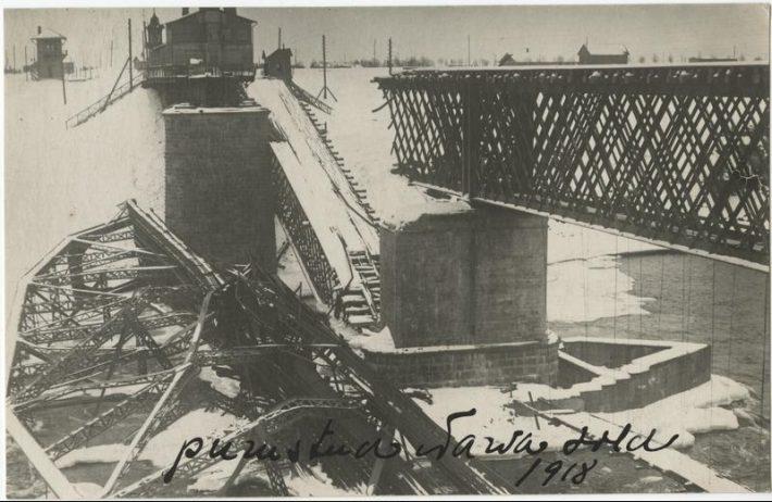 Punaarmee poolt purustatud Narva sild. Foto: Rahvusarhiiv