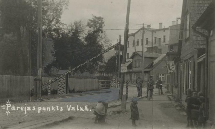 Valga Eesti-Läti piiripunkt Suure-Sepa tänaval. Foto: Rahvusarhiiv