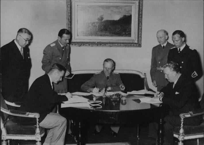 Välisministrid Vilhelms Munters, Joachim von Ribbentrop ja Karl Selter mittekallaletungilepingute allakirjutamisel Berliinis. Foto: Rahvusarhiiv
