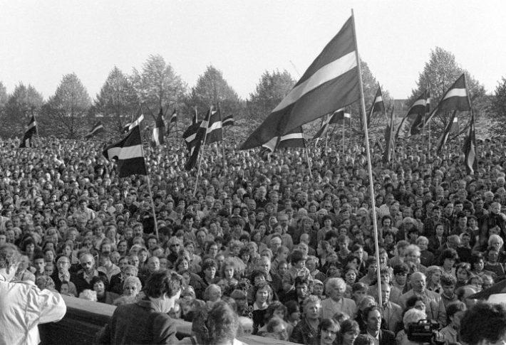 Isamaalised lätlased 4. mail 1990 Riias meelt avaldamas. Allikas: https://www.latvia.eu/history/may-4-1990