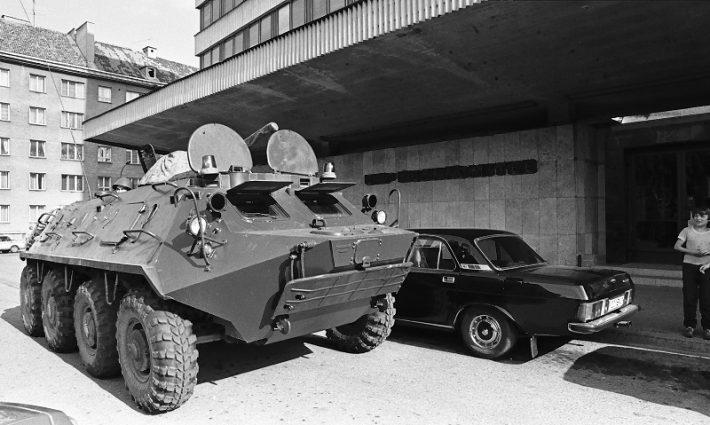 Soomuk EKP Keskkomitee hoone ees 20.08.1991. Foto: Peeter Langovits